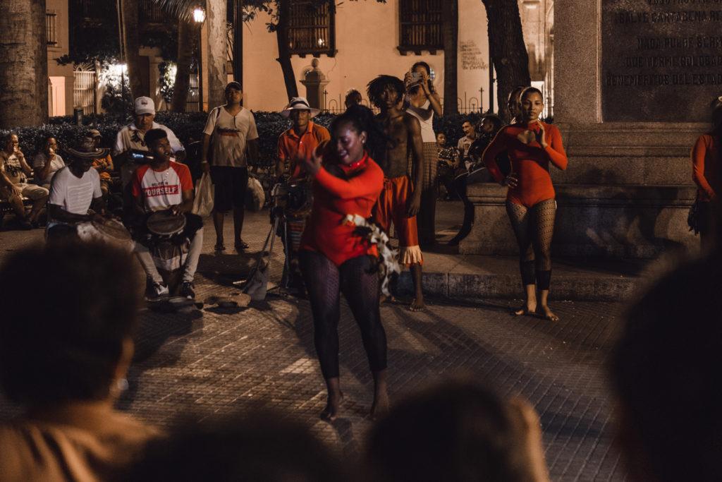 Tanzgruppen ziehen durch die Straßen