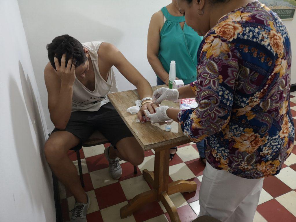 Tobi wird von einer Krankenschwester versorgt