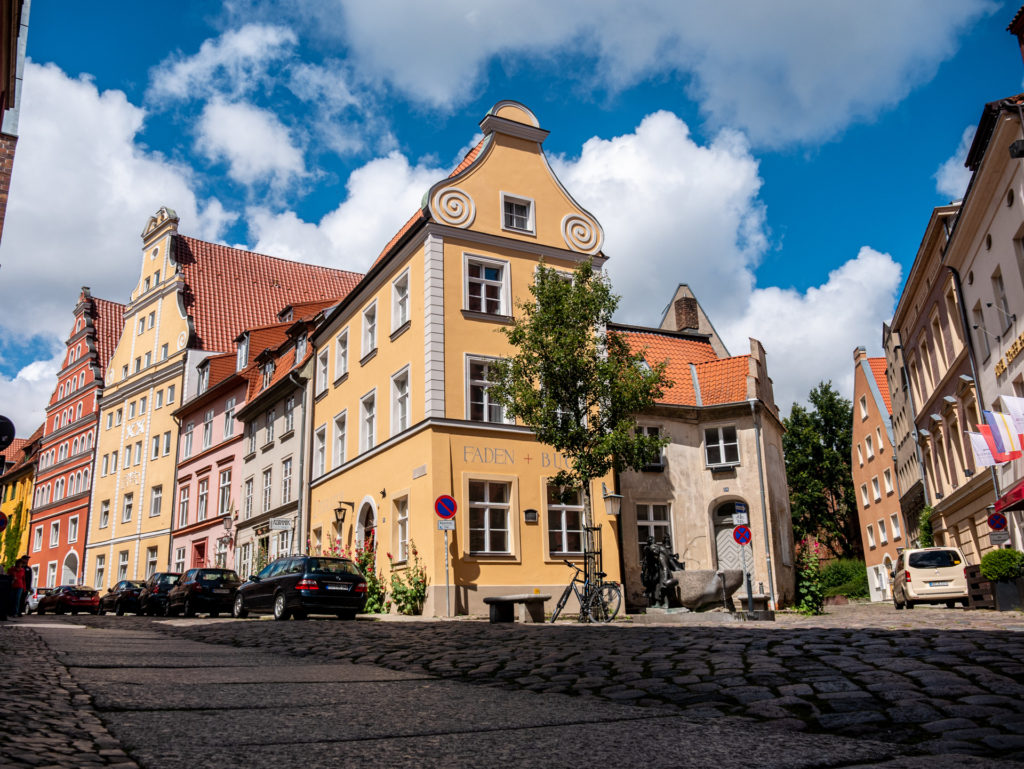 Tolle Sehenswürdigkeiten in Stralsund: die alten Kaufmannshäuser der Altstadt mit ihren tollen Giebeln
