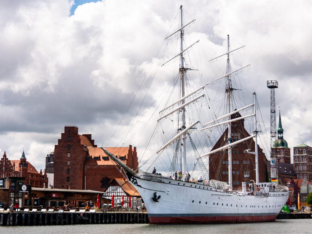 Die Gorch Fock im Hafen - die wohl bekannteste Sehenswürdigkeit in Stralsund
