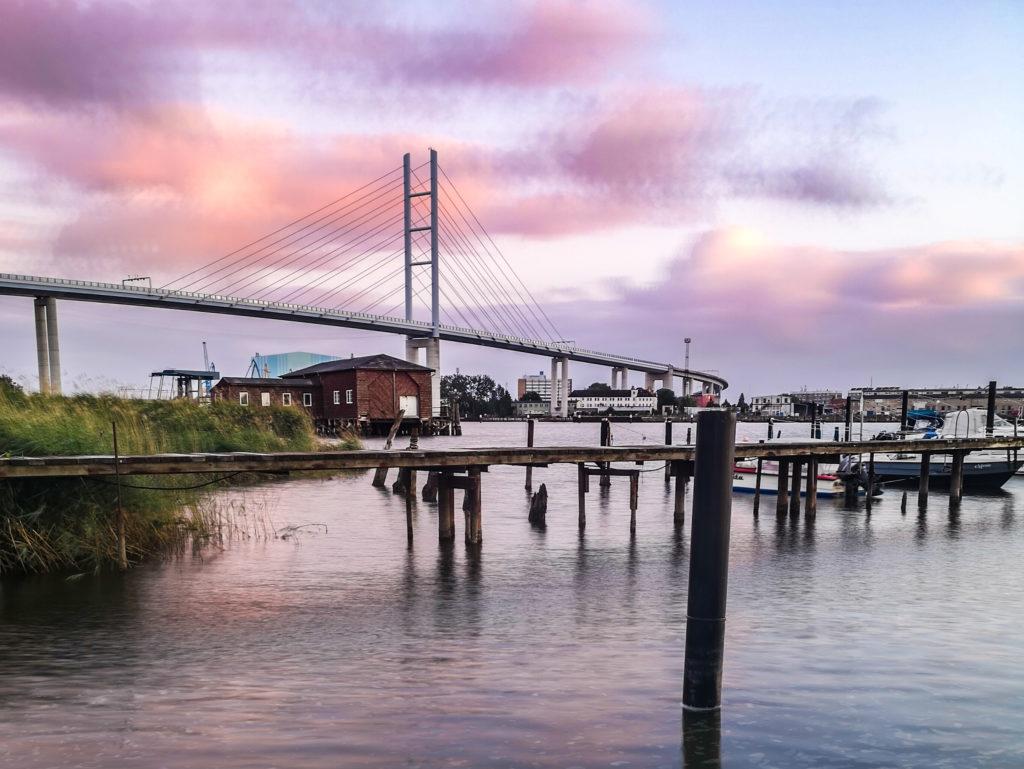Blick von Dänholm auf die Rügenbrücke