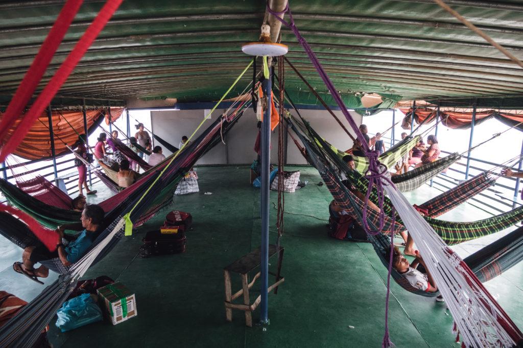 viele Hängematten auf dem Frachtschiff auf dem Amazonas
